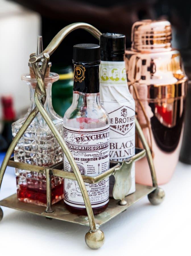 Bitters e abanador do cocktail na barra imagem de stock