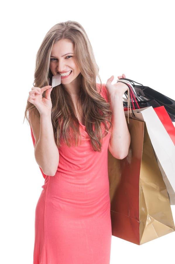 bitting从信用或转账卡的购物夫人 免版税库存图片
