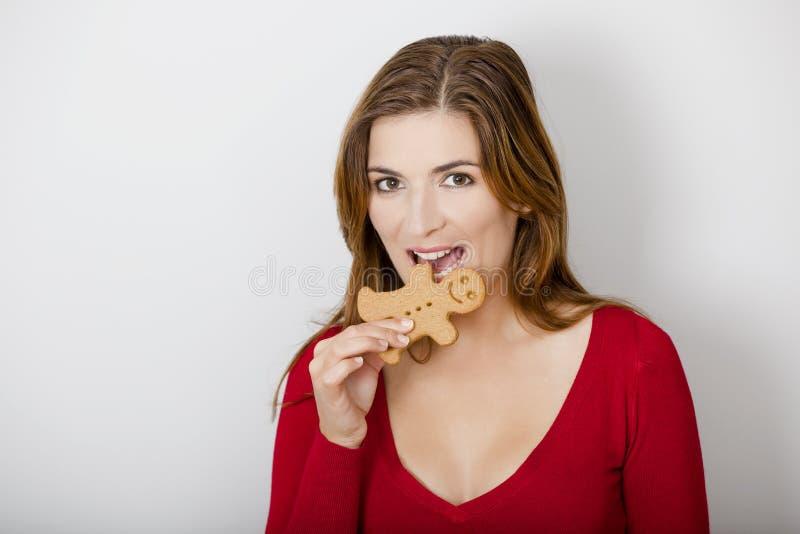 Bitting Un Biscuit De Pain D épice Image libre de droits