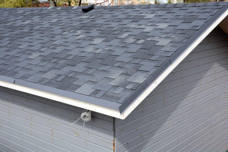 Bitumenziegeldach Dach-Schindeln - Deckung Schließen Sie herauf Ansicht über Asphalt Roofing Shingles stockfotos