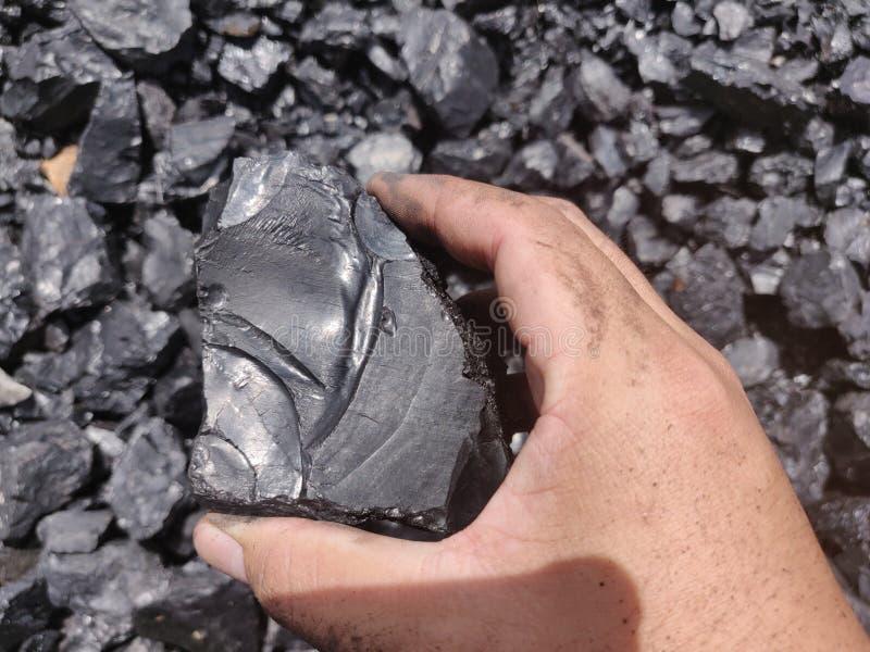 Bitumiczny antracyta węgiel na ręce obrazy royalty free