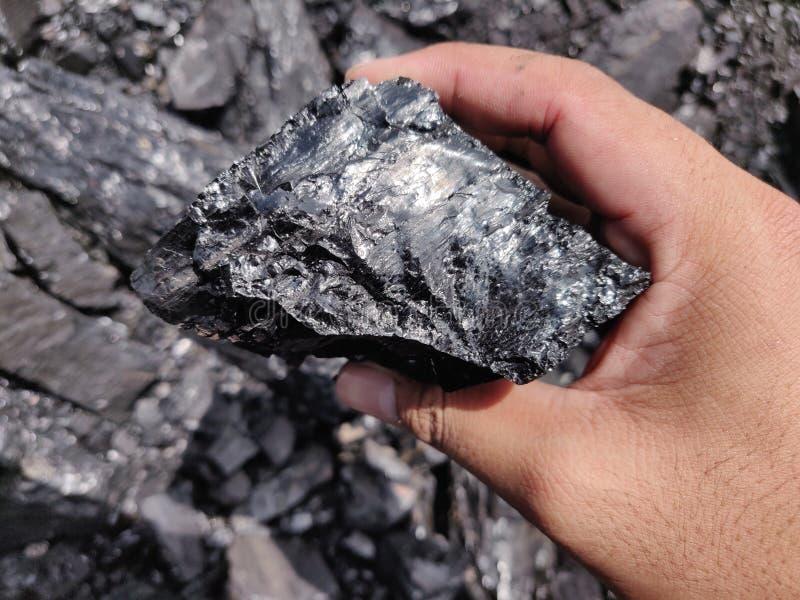 Bitumiczny - antracyta węgiel, wysokiego pozioma węgiel na ręce zdjęcie royalty free