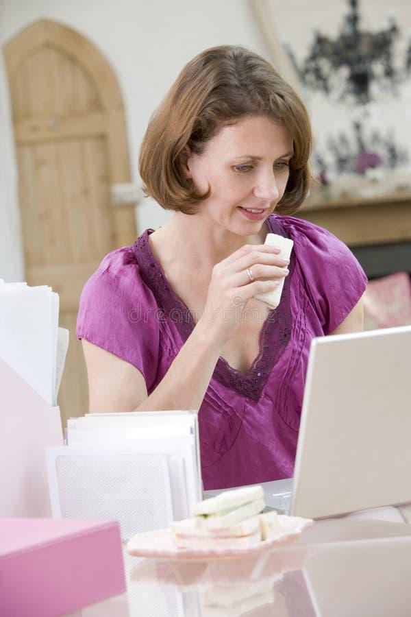 biurka łasowanie lunch jej kobieta obraz royalty free