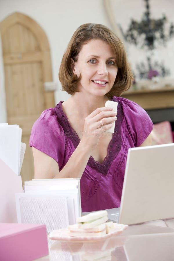 biurka łasowanie lunch jej kobieta zdjęcia royalty free