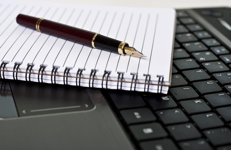 biurka laptopu notepad pióro zdjęcia royalty free