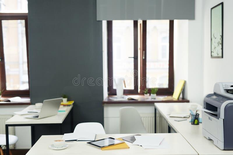 Biurka z biurowymi dostawami zdjęcia stock