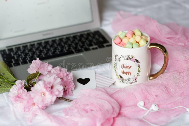Biurko domowe z laptopem, sÅ'uchawkami i filiżankÄ… kawy z piankami. Koncepcja biznesowa zdjęcie royalty free