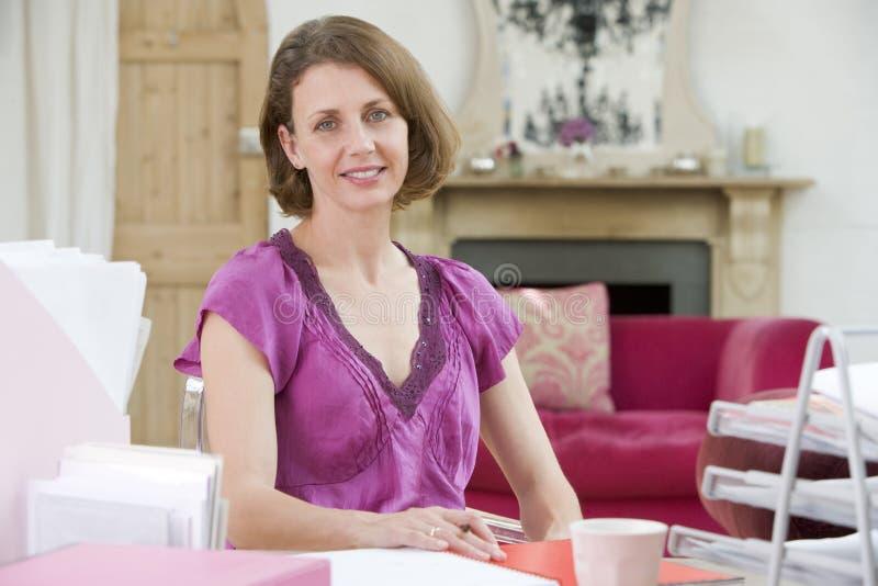 biurko jej siedząca kobieta zdjęcie stock
