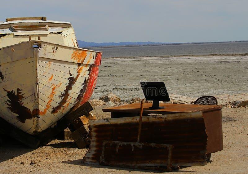 Biurko, monitor i biurowy krzesło zaniechaną łodzią, zdjęcia stock