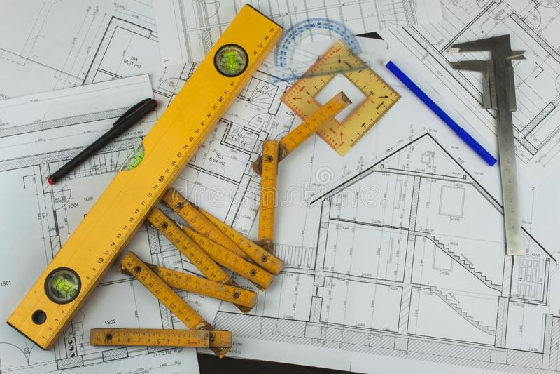 Biurko projekta nadzorca Plany budynek Architektoniczny projekt Podłogowy plan projektował budynek na rysunku obraz stock