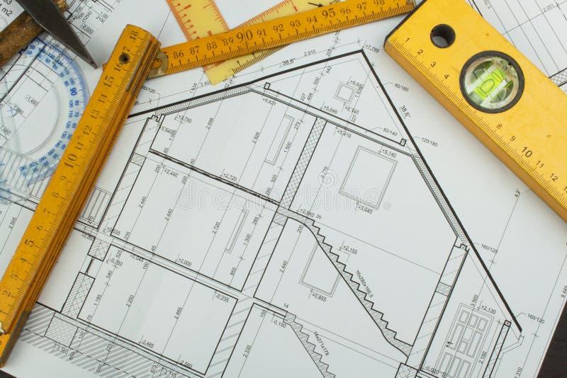 Biurko projekta nadzorca Plany budynek Architektoniczny projekt Podłogowy plan projektował budynek na rysunku zdjęcia royalty free