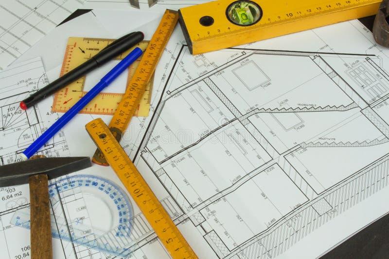 Biurko projekta nadzorca Plany budynek Architektoniczny projekt Podłogowy plan projektował budynek na rysunku obrazy stock