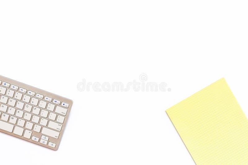 Biurko w biurze z klawiaturowym i żółtym Notepad na whi zdjęcia stock