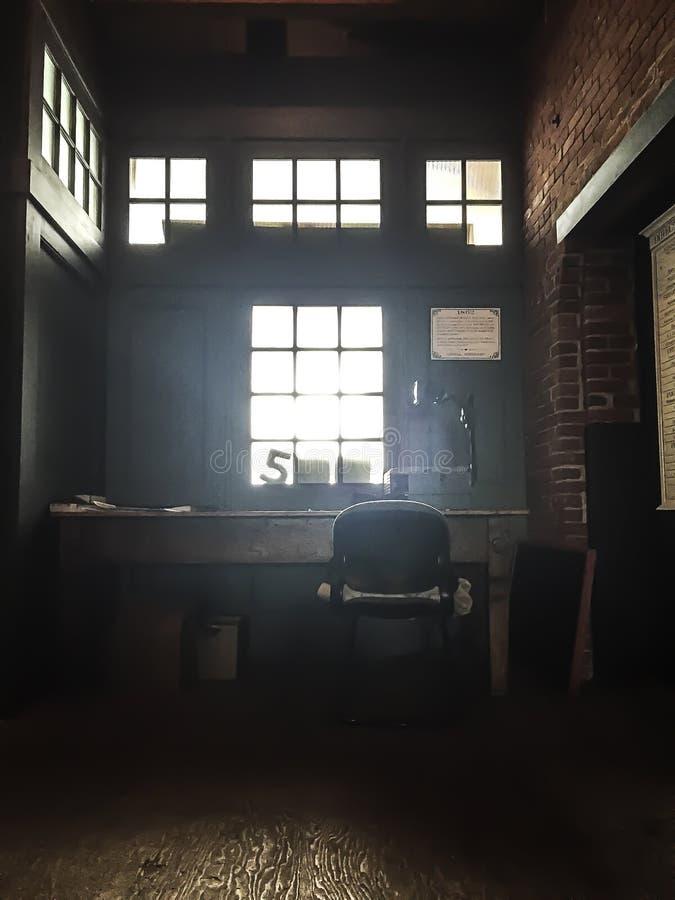 Biurko w zakurzonym attyku z lekkim przybyciem przez okno fotografia royalty free