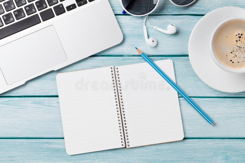 Biurko z laptopem, kawą i notepad, fotografia stock