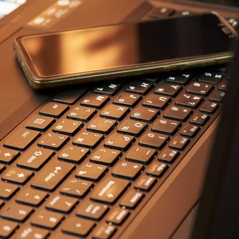 Biurko z laptopem, mądrze telefonem, notatnikami, piórami, eyeglasses i filiżanką herbata, Bocznego kąta widok zdjęcia royalty free