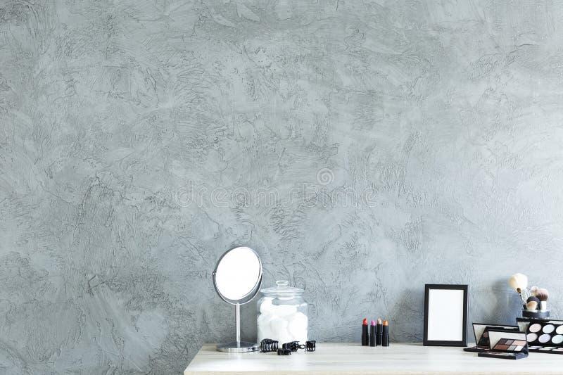 Biurko z makeup narzędziami przeciw kopii przestrzeni ścianie obraz royalty free