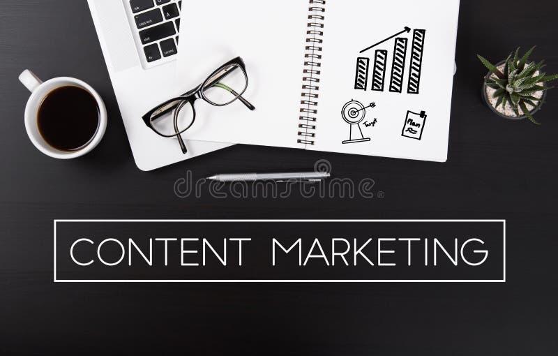 Biurko z notebooku i sformułowań biznesu zawartości marketingiem zdjęcie royalty free