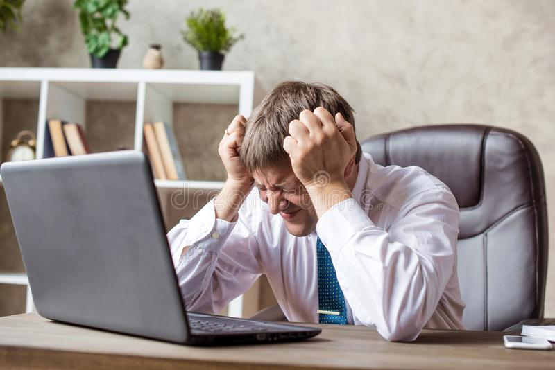Biuro, finanse, pojęcie, interneta, biznesu, sukcesu i stresu, - Gniewnego biznesmena Niepomyślne negocjacje, emocje rozpacz fotografia royalty free