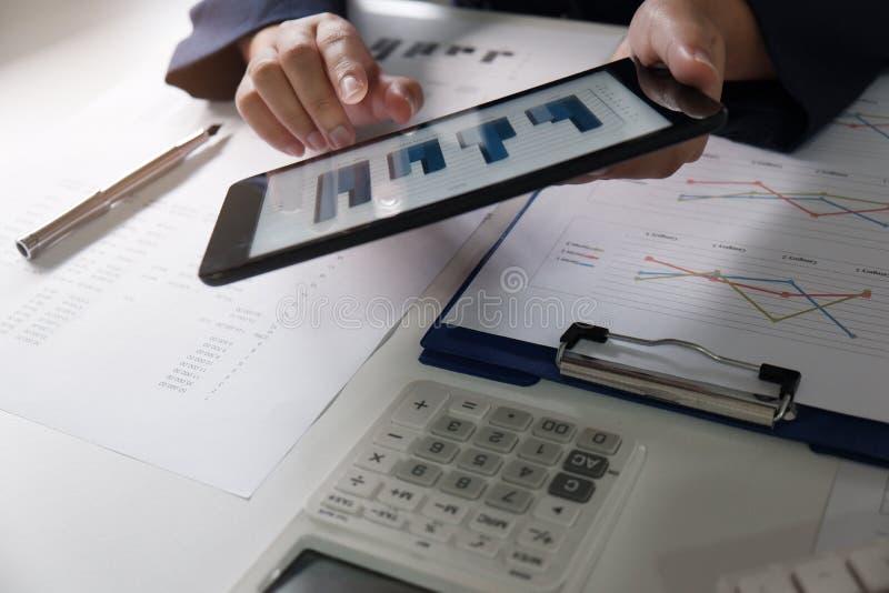 biuro pracy kobiet pieniężna analiza z mapami na taplet dla biznesu, księgowości, ubezpieczenia lub finanse pojęcia, zdjęcia stock