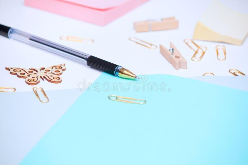 Biuro stół upaćkany miejsce pracy z różnorodnymi materiały rzeczami i kopii przestrzenią obraz royalty free