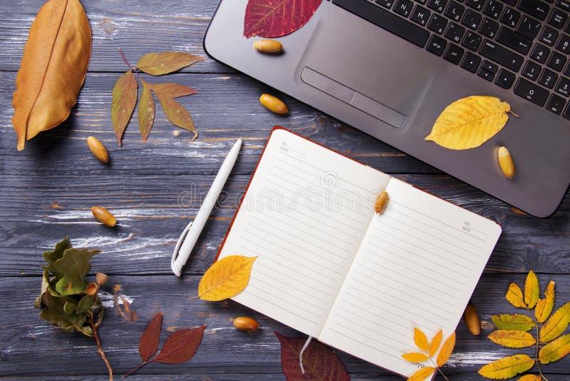Biuro stół z komputerem i jesień liśćmi obrazy royalty free