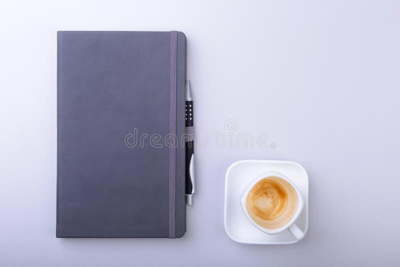 Biuro stół z notatnikiem, komputerowa klawiatura, filiżanka kawy, pastylka komputer osobisty kosmos kopii zdjęcie stock