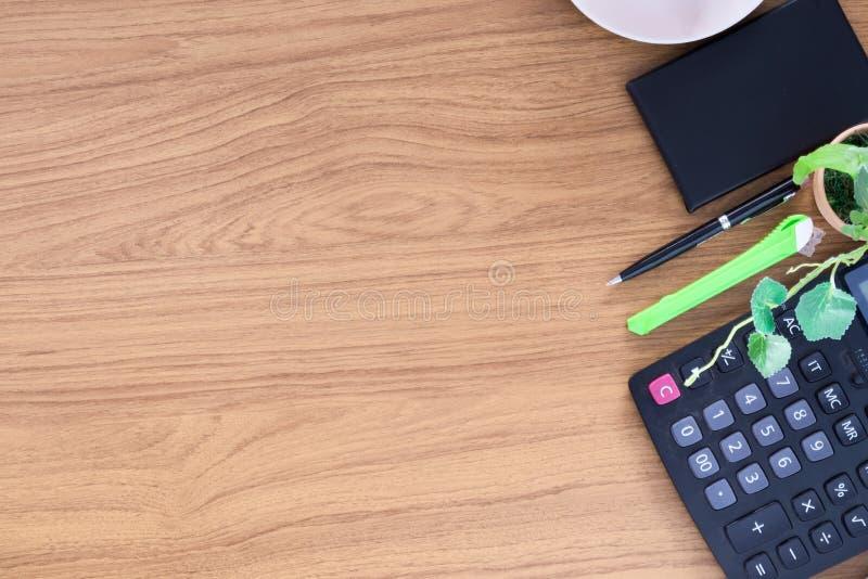 Biuro stół z notepad i pustą filiżanką obraz stock