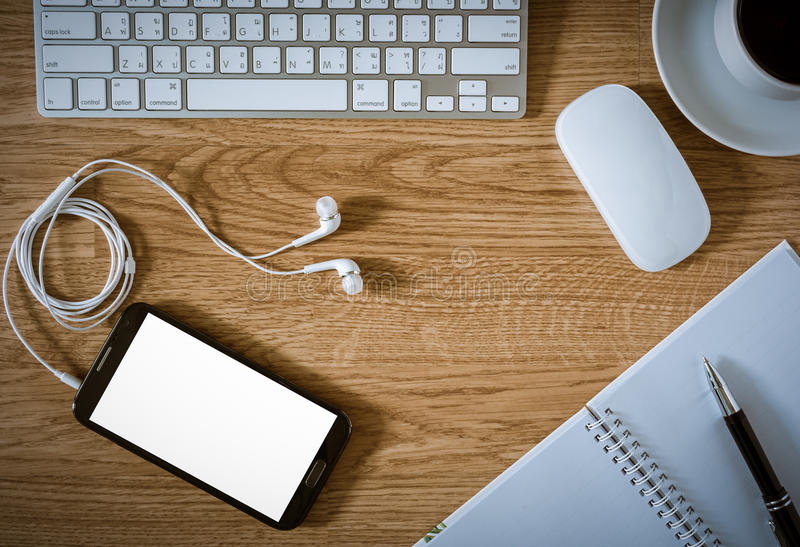 Biuro stół z notepad, komputer, filiżanka, komputerowa mysz obraz royalty free
