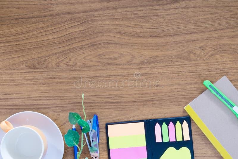 Biuro stół z notepad, komputerem i pustą filiżanką, fotografia stock