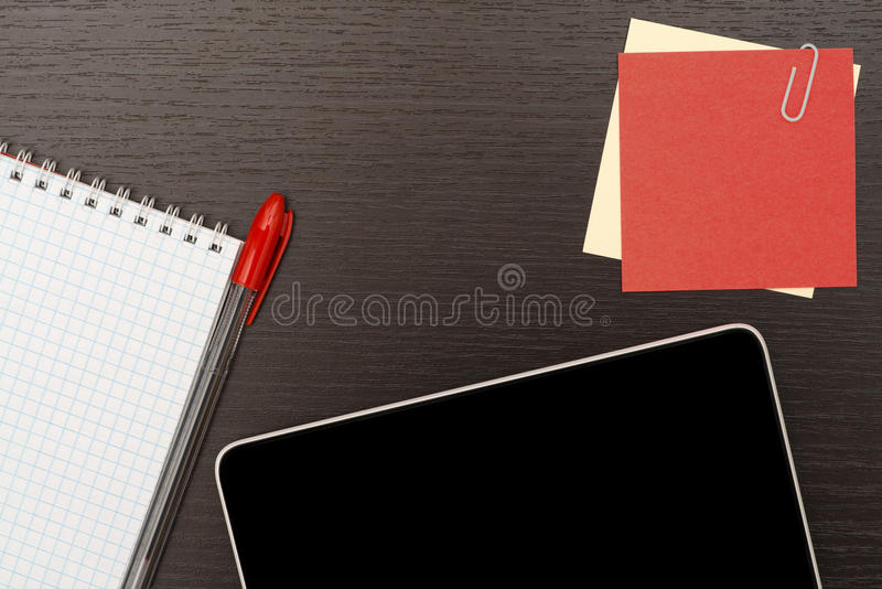 Biuro stół z pastylką, notatnikiem i piórem, zdjęcie stock