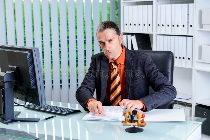 Biurokracja biznesowy mężczyzna z stemplowy patrzeć gniewny zdjęcie stock