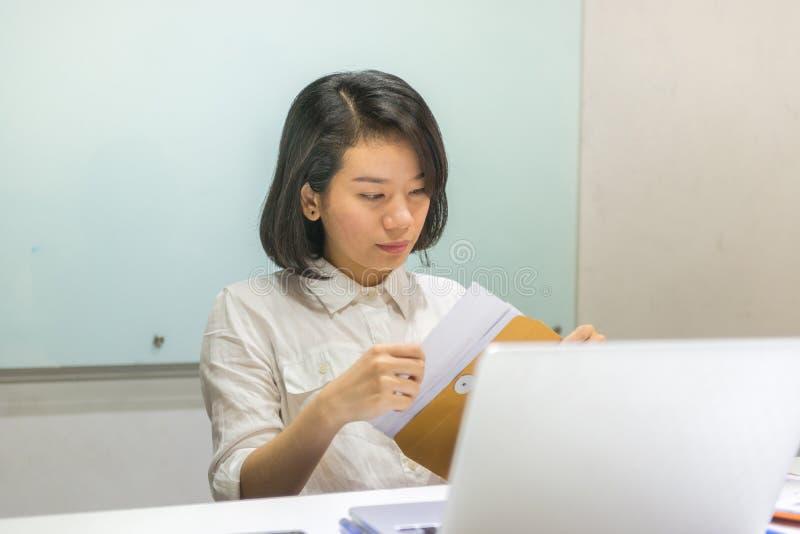 Biurowa dama analizuje wykresy na sprzedaż raportach obraz royalty free