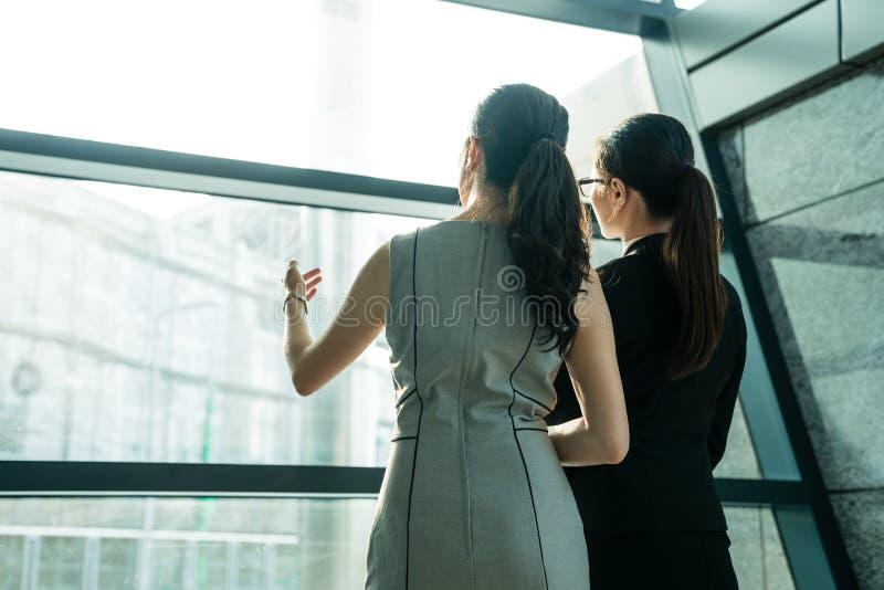 Biurowa dama przyglądająca od okno out obrazy royalty free