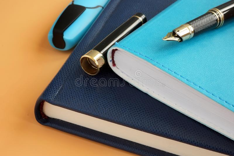 Biurowa dostawa dla biznesu Notepads i pi?ro zdjęcie royalty free