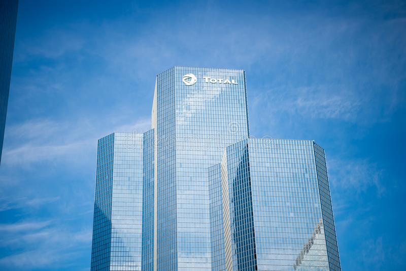 Biurowa drapacza chmur budynku suma z szklanymi okno i stalową fasadą obraz royalty free