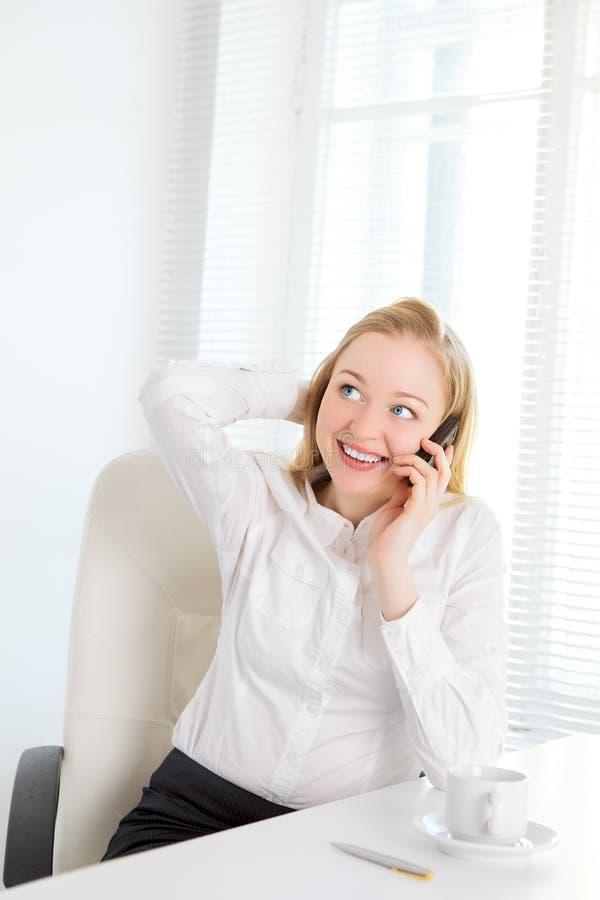 Biurowa dziewczyna Opowiada na telefonie fotografia royalty free