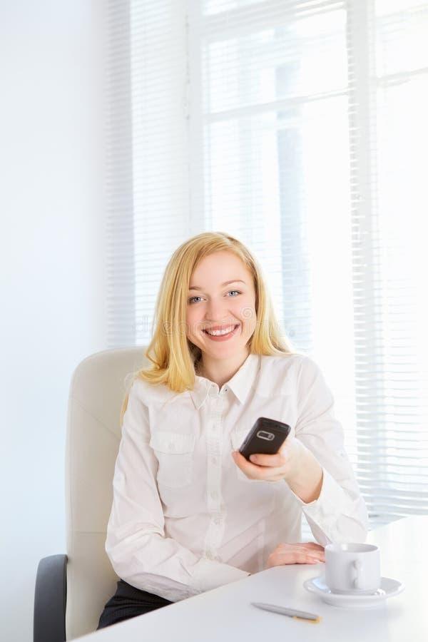 Biurowa dziewczyna Z telefonem zdjęcie royalty free