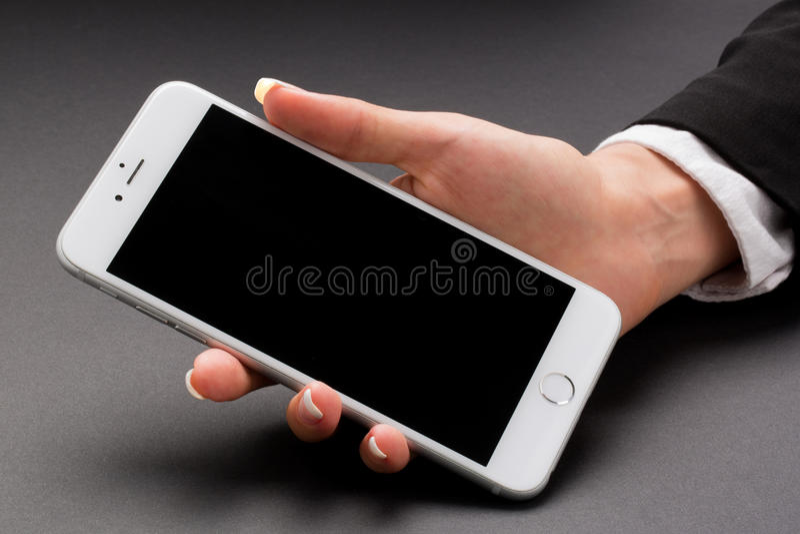 Biurowa kobieta trzyma białego smartphone zdjęcie stock
