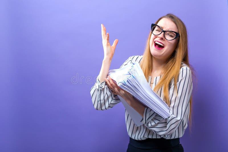 Biurowa kobieta z stertą dokumenty fotografia stock