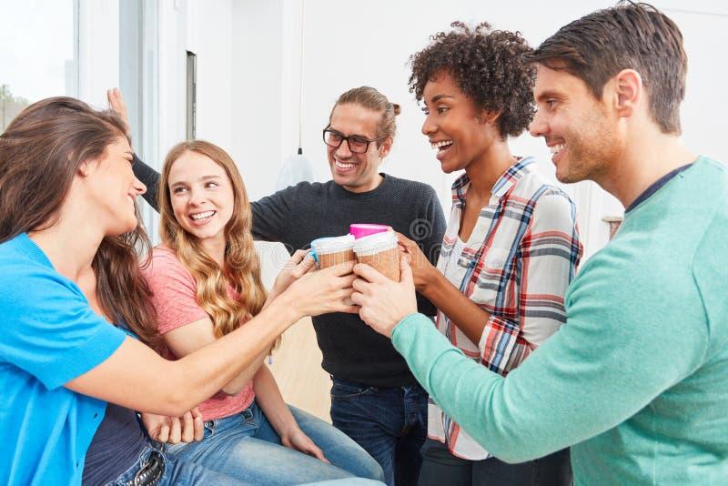 Biurowa społeczność świętuje drużynowego ducha w uruchomieniu obraz stock
