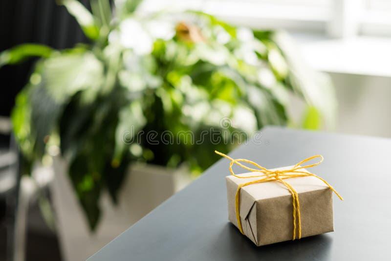 Biurowa towarowa dostawa zawijający prezenta pudełka biurko fotografia stock
