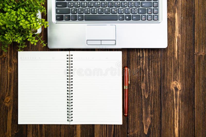 Biurowe dostawy, biurowej pracy istotni narzędzia lub rzeczy na woode zdjęcia stock