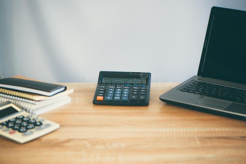 Biurowe dostawy lub biurowej pracy narzędzi istotne rzeczy na pracującym stole, biznesu finansowy pojęcie zdjęcia royalty free
