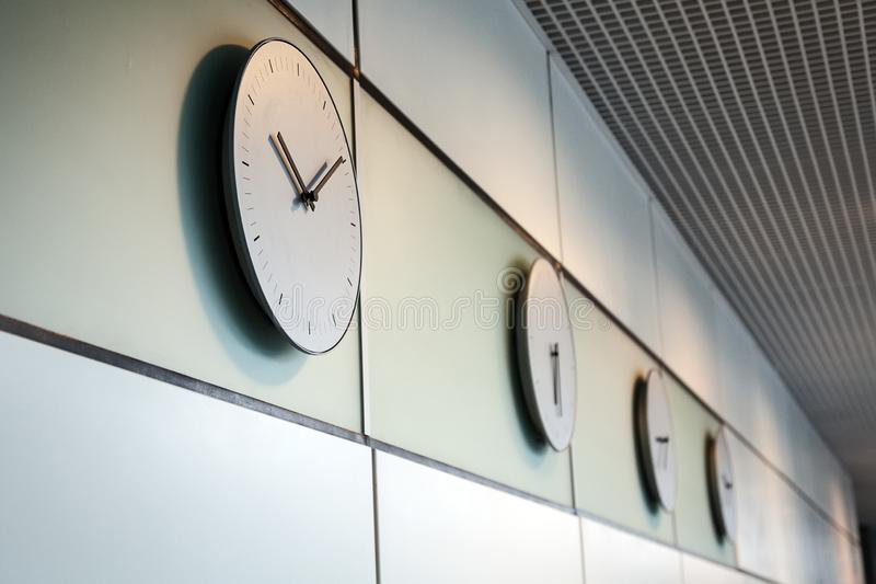 Biurowe godziny przy różnymi czas strefami czasowymi obrazy stock