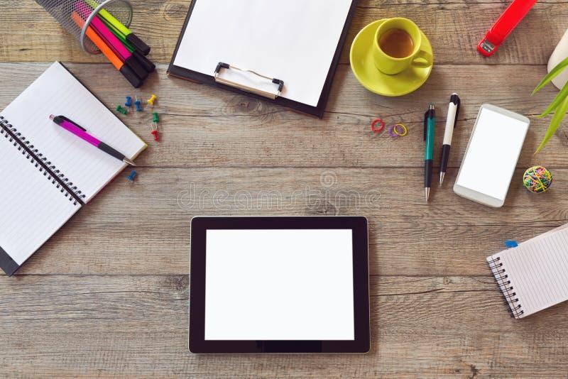 Biurowego biurka egzamin próbny w górę szablonu z stołem, mądrze telefonem, notatnikiem i filiżanką kawy, Widok od above z kopii  fotografia stock
