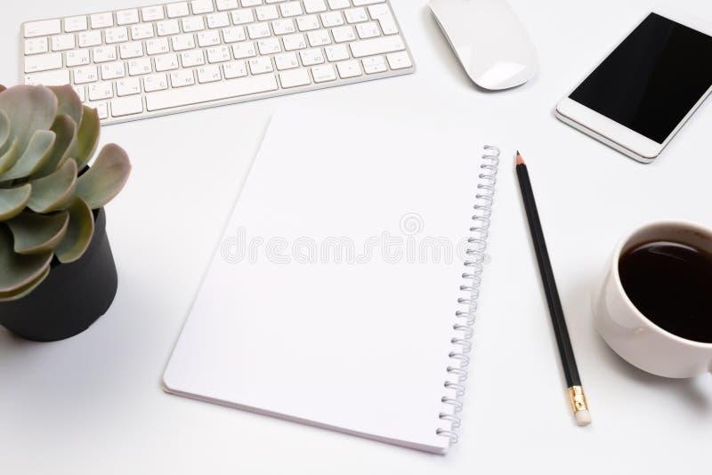 Biurowego biurka stół z dostawami Mieszkanie przedmioty i Odgórny widok Odbitkowa przestrzeń dla teksta zdjęcie stock