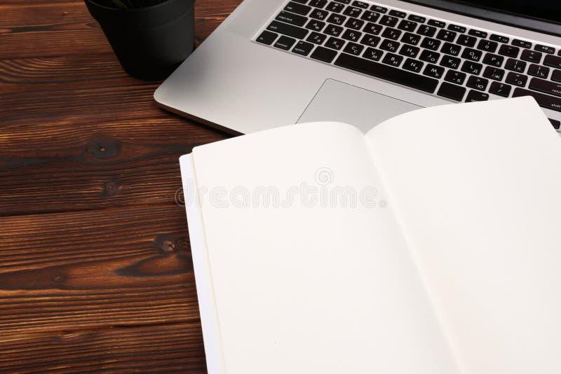 Biurowego biurka stół z dostawami Mieszkanie przedmioty i Odgórny widok Odbitkowa przestrzeń dla teksta fotografia stock