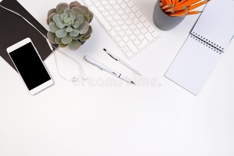 Biurowego biurka stół z dostawami Mieszkanie przedmioty i Odgórny widok Odbitkowa przestrzeń dla teksta zdjęcie royalty free