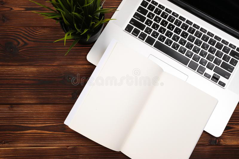Biurowego biurka stół z dostawami Mieszkanie przedmioty i Odgórny widok Odbitkowa przestrzeń dla teksta obraz stock
